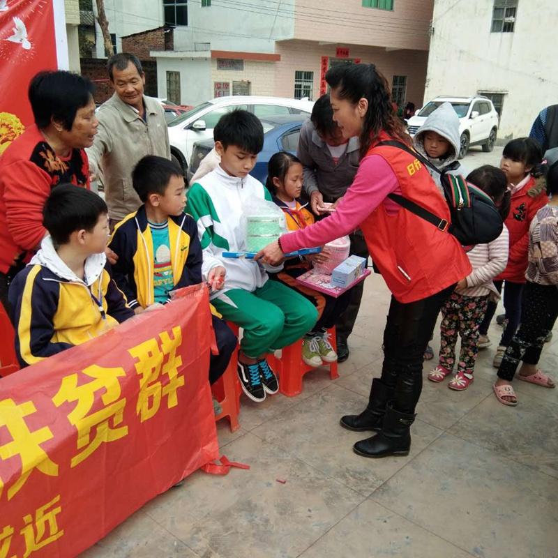 社会爱心志愿者团队——哈哈笑日行一善扶贫群到南江口镇西坑村开展